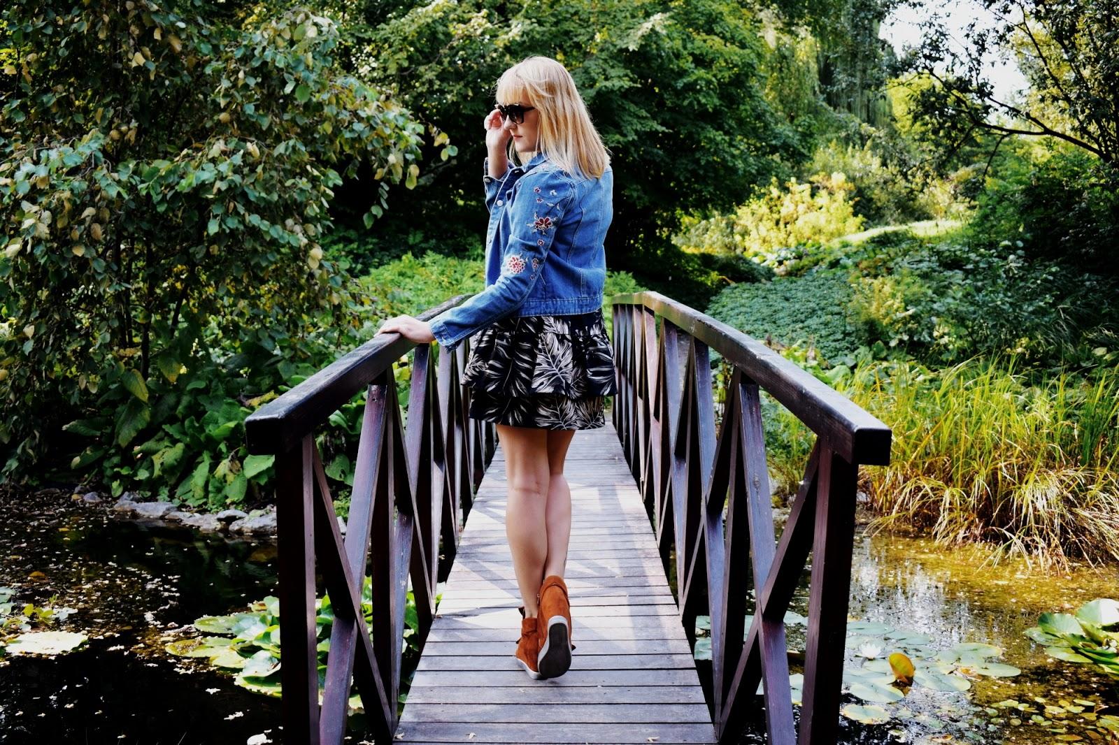 Brązowe sneakersy i sukienka z falbanami