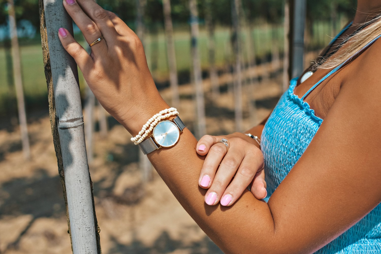 Błękitna sukienka w prążki na lato