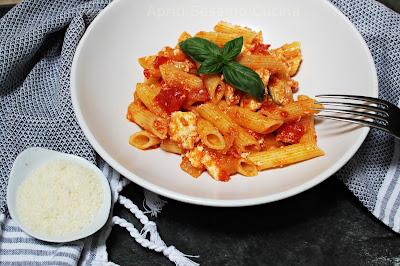 Pasta al sugo di pomodoro e ricotta. Primo piatto della cucina italiana