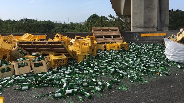 台啤灑落國道3號和美匝道 貨物未捆紮牢固吃罰單
