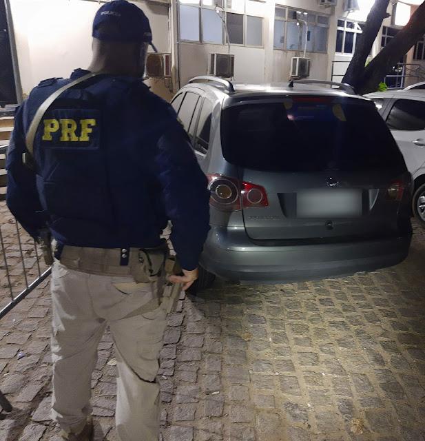 PRF prende três homens, recupera quatro veículos e apreende uma arma de fogo em Cidades do RN