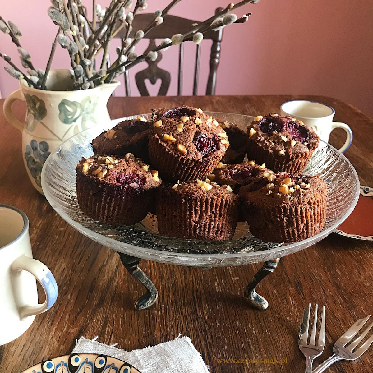 Muffinki z marcepanem i orzechami