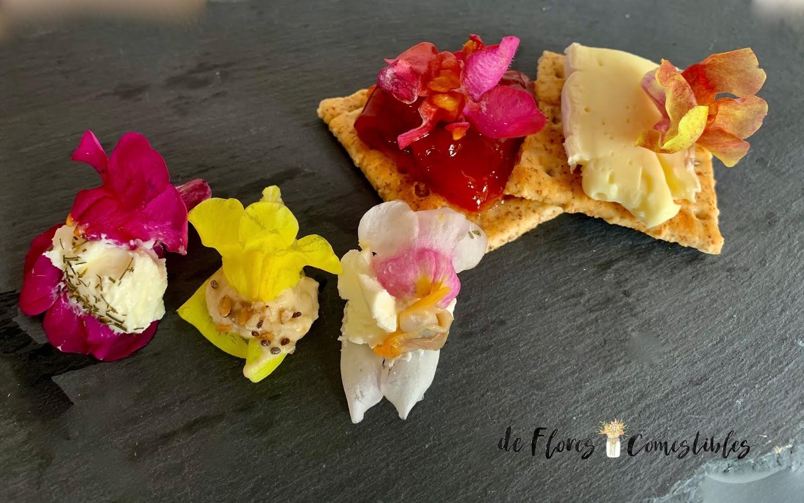 Canapés con queso philadelphia y flores