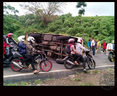 FOTO 2 : Mobil Truk muatan besi tenda terguling di Ciater, Subang Foto by Kekey Alam Semesta