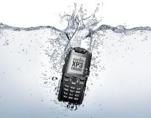 No hay que desesperarse cuando un teléfono celular se sumerge en agua. Es el accidente más usual. Hay que seguir paso a paso las recomendaciones para salvar el dispositivo. Si tu celular se cae al agua ¿qué es lo primero que haces? Uno tiende a desesperarse, soplarlo, sacudirlo, secarlo con alguna toalla o la prenda que tengamos puesta, etc. ¿Es esto lo mejor? Existen diversidad de consejos y técnicas para reparar un celular mojado, empero varias de estas discrepan en variados puntos. Conoceremos un poco de ellas y su experiencia será la que dará como resultado, la mejor. 1- Sacar