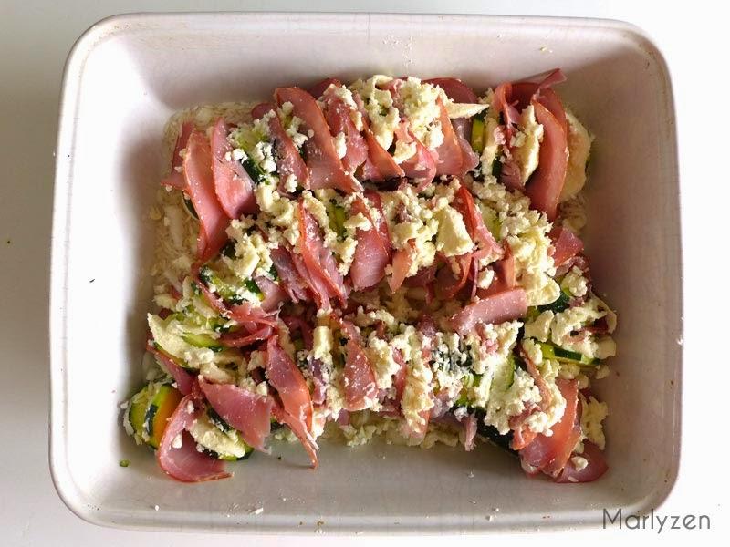 Alternez bacon et fromage entre chaque tranche.