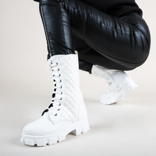 Bocanci inalti de iarna albi la moda