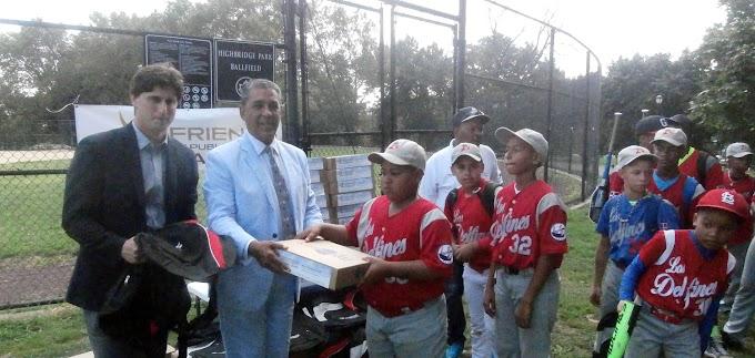 Congresista y fundación entregan útiles escolares a jugadores de la liga Los Delfines de RD