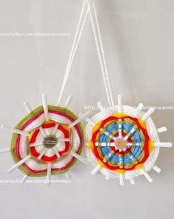 http://clarabelen.com/inspiraciones/3397/reciclar-cucharas-de-plastico-hacer-mandalas-de-lana/