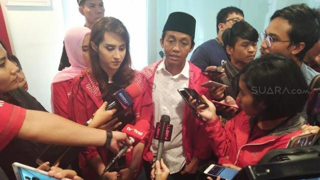 Dikirim Lewat Ojek Online, Ini Penampakan Piala Kebohongan Award Prabowo