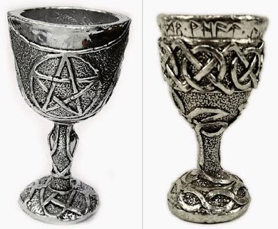 Cálices de metal com símbolos em relevo.