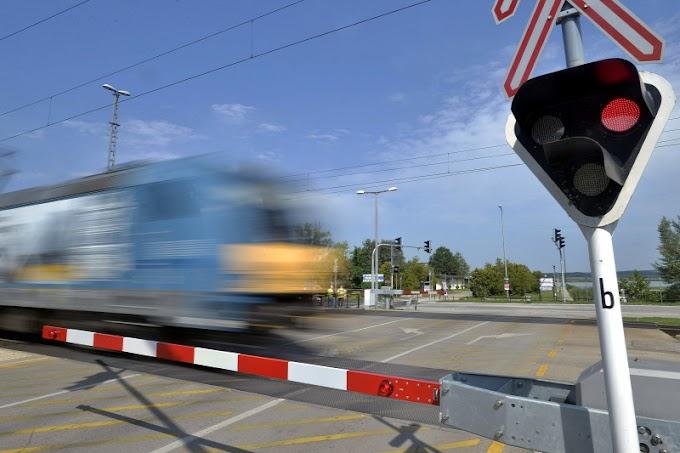 Betontömböt tett a sínre, egy intercity vonat elé egy fiatal férfi