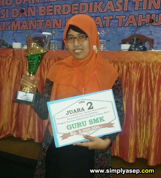 Rudi Maryati SPd Guru SMK 1 Sungai Raya sebagai Juara II dalam  Pemilihan Guru Berprestasi Tingkat Provinsi Tahun 2019l  Foto Asep Haryono