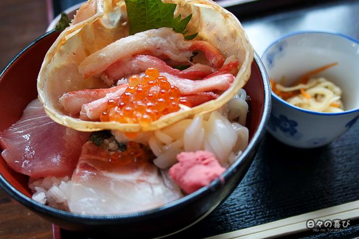 chirashi de crabe, sériole et seiche