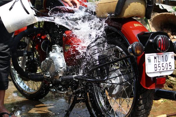 Gunakan shampo khusus motor