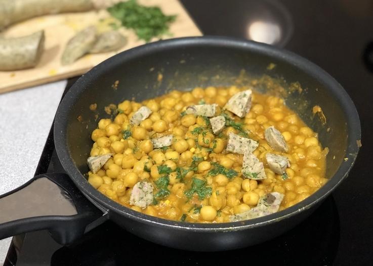 Curry de garbanzos con butifarra de huevo de espinacas