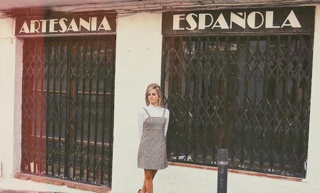 Alejandra Colomera frente a un negocio de artesanía española en Mijas Pueblo