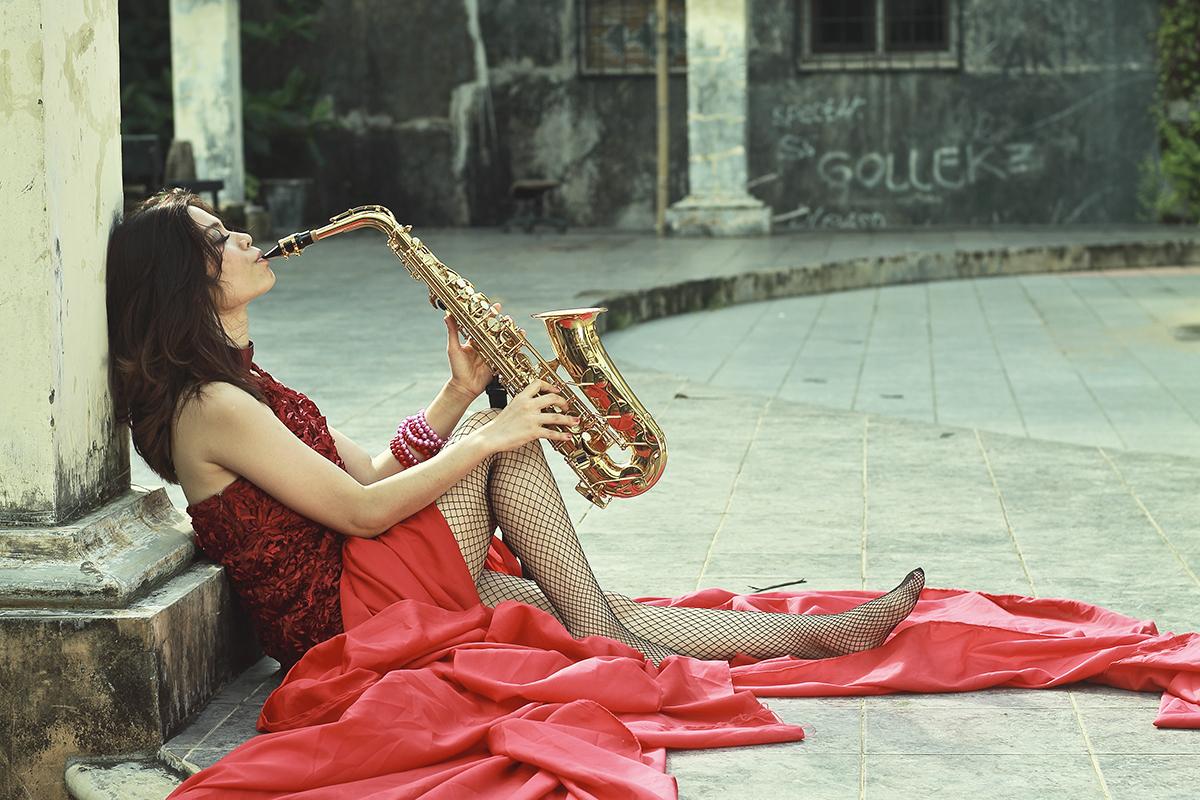 Konsep foto model seksi dan manis dengan saxophone