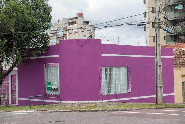 Casa de esquina pintada de púrpura