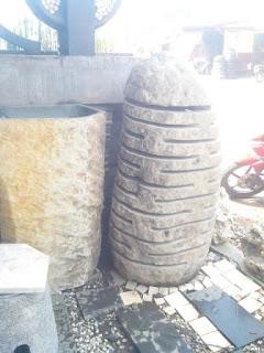 Pot besar dan kap lampu dari batu alam