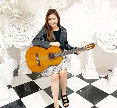 Mufida Omar Nahdi Bawa Gitar