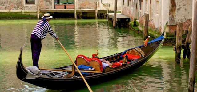 Gondoleiro operando uma gôndola em Veneza