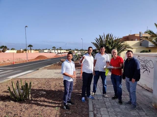 Fuerteventura.- Con obras en calle Guirre de Corralejo, Ayuntamiento de La Oliva emprende rehabilitación de aceras en Urbanización Parque Natural (Geafond)