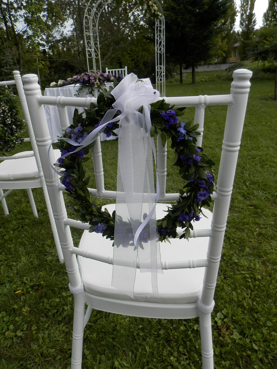 Qui n dijo boda 14 tips para decorar las sillas de tu boda for Sillas para bodas