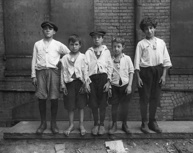 Life dergisinin Aralık 1946 sayısına göre, çocuklar 1918-19 İspanyol gribi sırasında boyunlarına kafur torbaları takarlar.