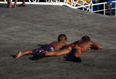 meninos a tomar sol
