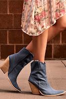 Ковбойские ботинки синего цвета с летящим платьем