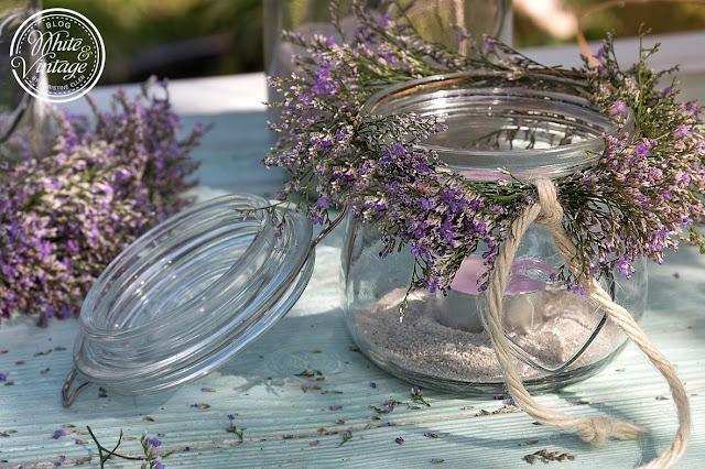 Glas mit Blumenkranz.