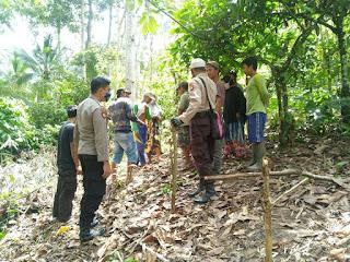 Bhabinkamtibmas Polsek Baraka Polres Enrekang Memediasi Sengketa Batas Tanah