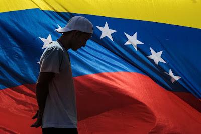 """Amé está a la expectativa, no sabe si volverá a marchar: la bandera venezolana, el escudo y los guantes con los que salía para protestar junto a la radical """"resistencia"""" reposan ahora en su casa, reseña AFP.  Está frustrada, se siente abandonada por los dirigentes opositores y rechazó ir a la manifestación del sábado, a la que sólo acudieron unas 1.000 personas. """"Es una burla"""", aseguró.  Entre indignación, rabia, impotencia y miedo, muchos opositores han abandonado las calles tras cuatro meses de masivas protestas contra el presidente Nicolás Maduro, que han dejado unos 125 muertos y miles de heridos y detenidos.  Algunos tenían la esperanza de que lograrían sacar a Maduro del poder o al menos de que impedirían la instalación de la todopoderosa Asamblea Constituyente, formada por 545 miembros, todos chavistas.  Otros expresan su inconformidad con la decisión de la opositora Mesa de la Unidad Democrática (MUD) de participar en las elecciones de gobernadores, previstas ahora para octubre, con un árbitro al que acusa de haber articulado un fraude a favor de la Constituyente.  """"La culpa es de los dirigentes de oposición. Empezamos esto por ellos y prácticamente nos dejaron solos"""", reclamó Amé, seudónimo que usa esta madre soltera de 24 años en la """"resistencia"""", el ala más radical en las protestas conformada por jóvenes que, con escudos y los rostros cubiertos, enfrentan a las autoridades con piedras y bombas molotov.  """"¿Ahora van a decir que la salida es electoral? No tiene sentido"""", manifestó.  – """"La calle sin retorno"""" –  Fue un error """"rutinizar"""" la protesta, estimó la analista Colette Capriles. """"La calle es una táctica que hay que saber administrar"""".  A mediados de julio, dirigentes de oposición hablaron de no permitir que se impusiera """"un fraude constituyente"""" y llamaron a la """"calle sin retorno"""".  En una de esas protestas casi detienen a Amé, en medio de la anarquía de bloqueos de calles –con troncos, escombros y basura quemada–, dispersados por las fuerzas de seguri"""