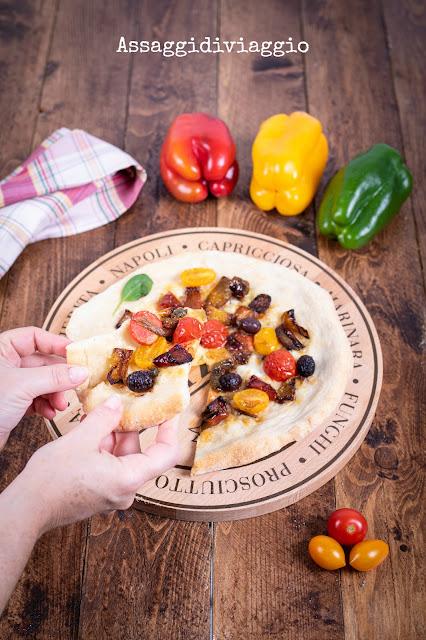 Pizza con peperoni, mozzarella, pomodori, olive, acciughe e capperi
