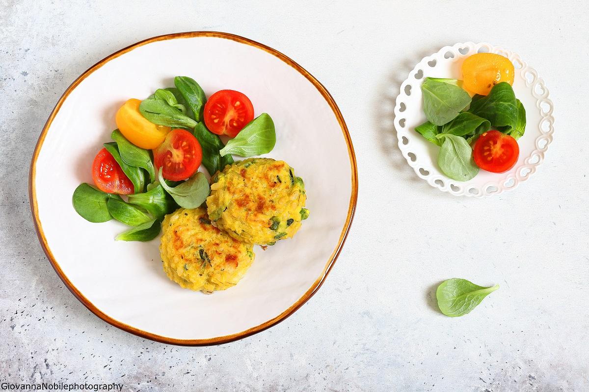 Polpette di riso, zucchine, piselli e scamorza