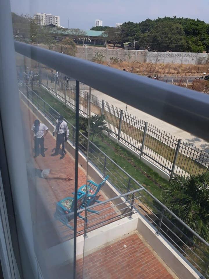 Una mujer falleció hace algunos minutos al caer desde un noveno piso de un edificio en Valledupar.