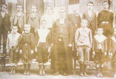 Frère Léonce et ses élèves, Montceau, vers 1900 (Collection musée)