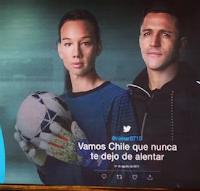 Alexis Sánchez aparece más alto que Tiane Endler.