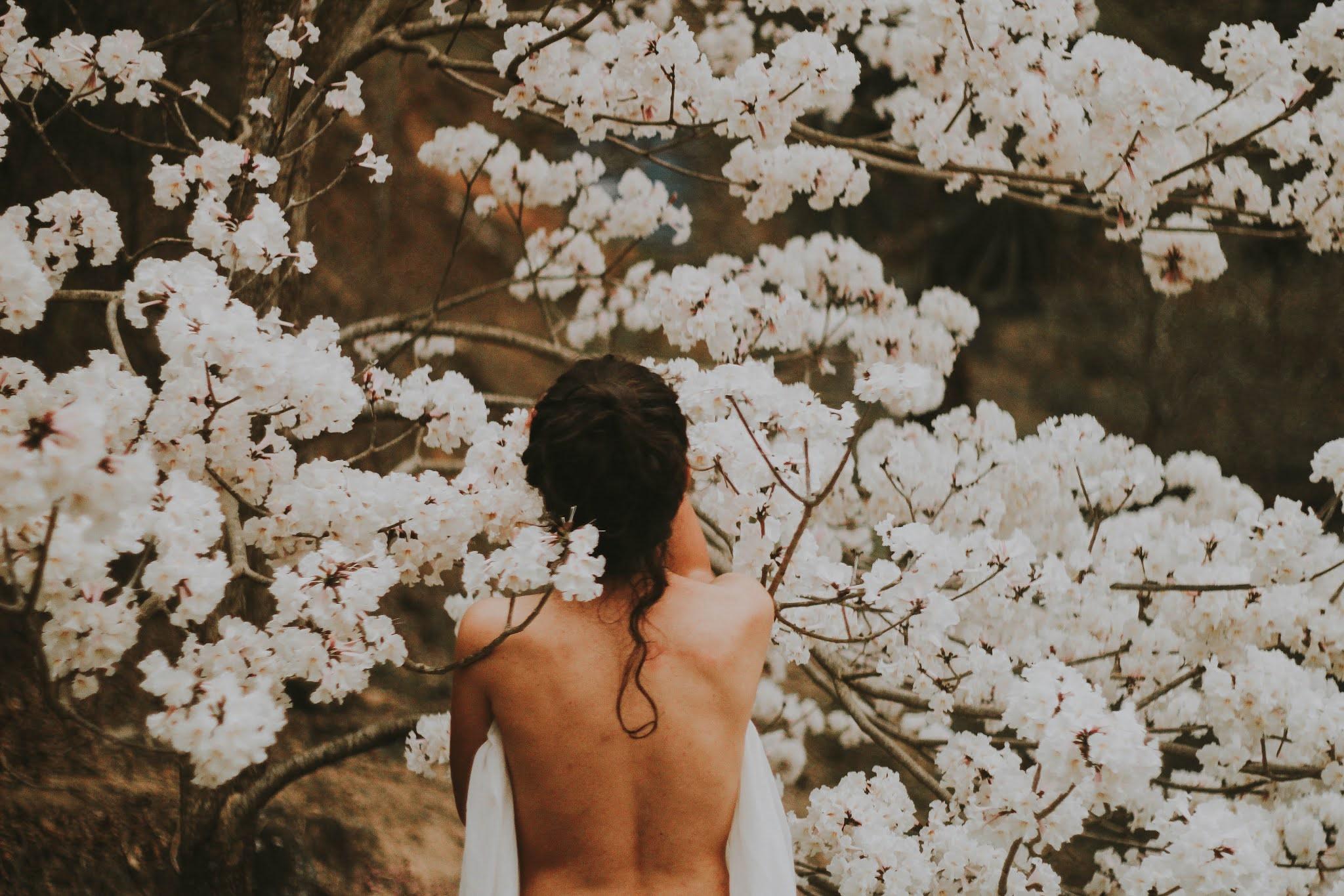 ragazza schiena scoperta albero in fiore