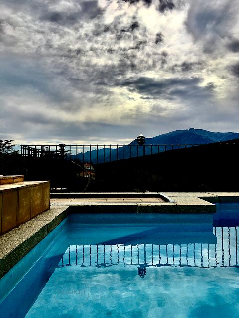 vue depuis la piscine du toit du château de riell