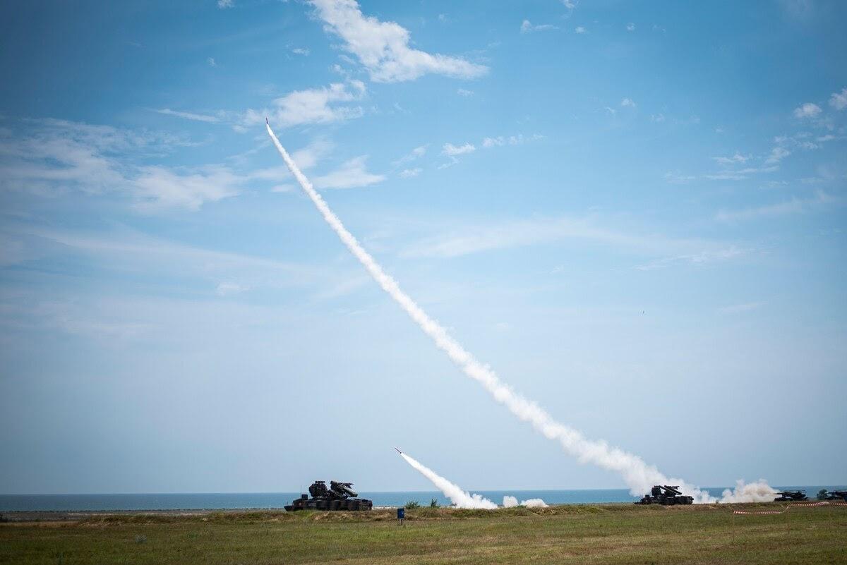 Dois mísseis Patriot são disparados para iniciar um exercício de fogo real como parte do Sabre Guardian 19, em Capul Midia, Romênia, em 20 de junho de 2019. O exercício foi co-liderado pelo Comando Conjunto da Força Romena e Exército dos EUA na Europa. (2ª Tenente Ashley Goodwin / Guarda Nacional de Michigan)