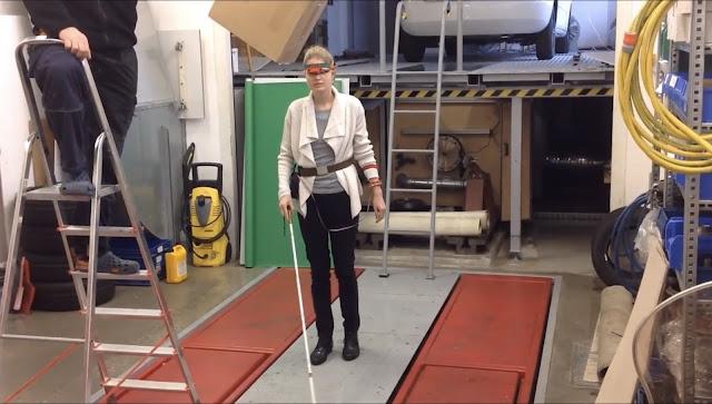 Linda testuje pomůcku v centru Nových technologií