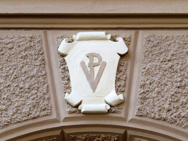 VP monogram on a facade, via Giuseppe Maria Terreni, Livorno