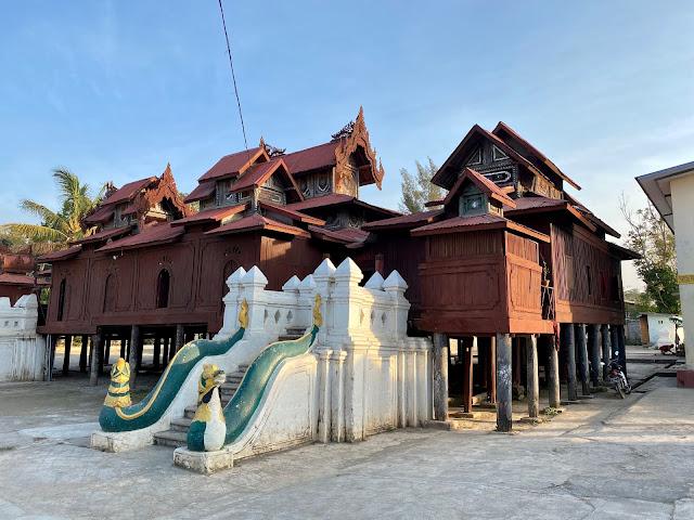 Shwe Yaunghwe Kyaung Buddhist Temple (Inle Lake)