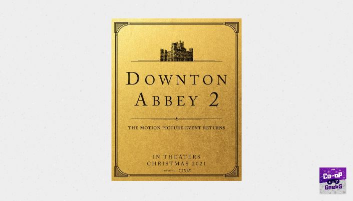 """Poster dourado com bordas desenhas em preto. No topo, em preto a mansão Downton. No centro, em caixa alta, """"Downton Abbey 2"""" e abaixo a frase """"The Motion Picture Event Returns"""". Mais abaixo os dizeres """"In Theaters Christmas 2021""""."""