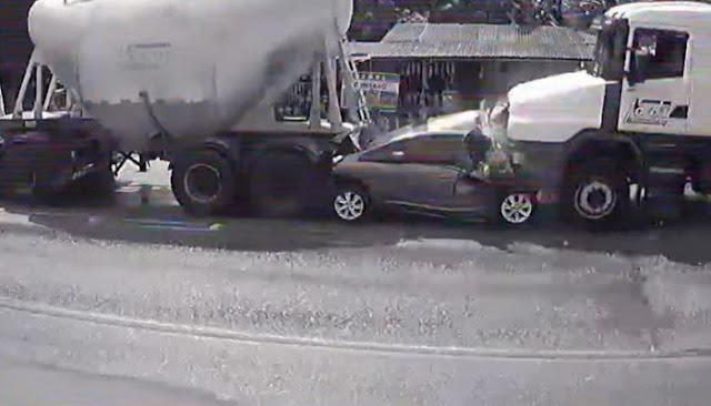 Ανατριχιαστικό τροχαίο στην Βραζιλία - Αυτοκίνητο έγινε χαλκομανία ανάμεσα σε φορτηγά - Ξεκληρίστηκε οικογένεια (βίντεο)