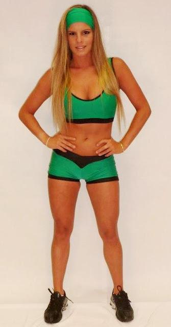 """Foto de Alejandra Baigorria de cuerpo entero, Alejandra Baigorria con el uniforme verde de """"Combate"""""""