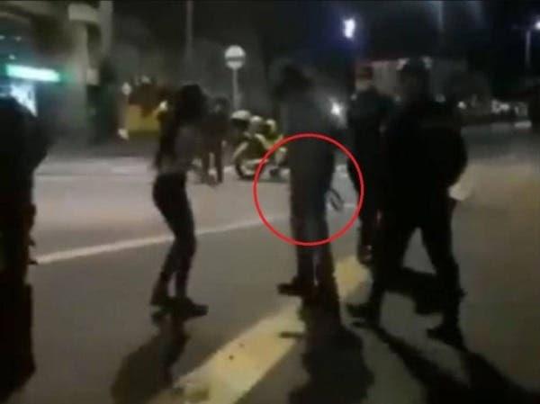Padre sacó a su hija feminista a cinturonazos de una protesta (Video),
