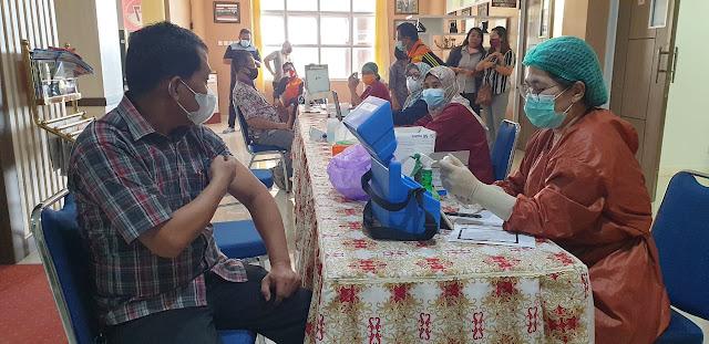 Anggota DPRD Pulpis Disuntik Vaksin Tahap Satu